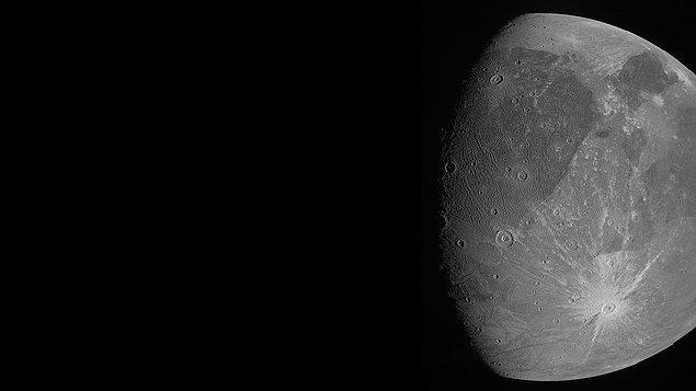 Ganymede'de genellikle buzun eriyip buharlaşması için gerekli olan sıcaklık koşullarına rastlanmıyor.