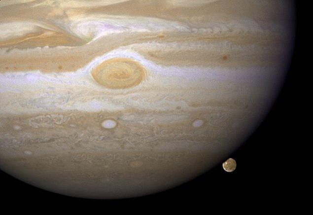 Bu iddiaların aksine, yapılan son analizlerde Ganymede'nin ince atmosferindeki gizemli bileşenin su buharı olduğu fark edildi.
