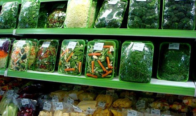 """9. """"Sebzeleri paketli satan büyük bir firmada çalışıyorum. Bizim sattıklarımızın hemen yanında marketin kendi sebzeleri var ve hepsi aslında aynı tarlada yetişiyor. Aralarındaki tek fark bizimkinin etiketi..."""""""