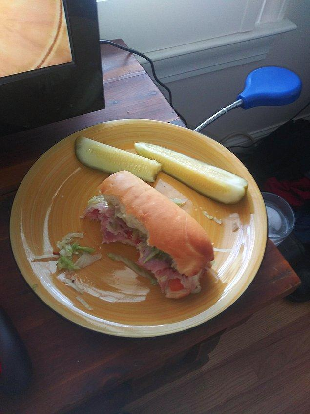 """10. """"Erkek arkadaşım sandviçini böyle yiyor:"""""""