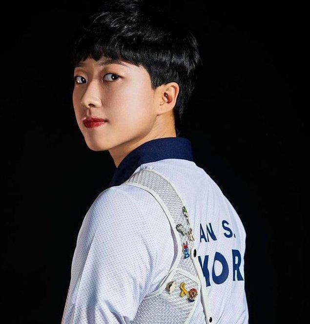 Güney Koreli kadınlar ise bu duruma sessiz kalmadı tabii. Meclis üyesi Sim Sang-jung, Twitter hesabından genç sporcuyu destekleyen bir tweet attı: