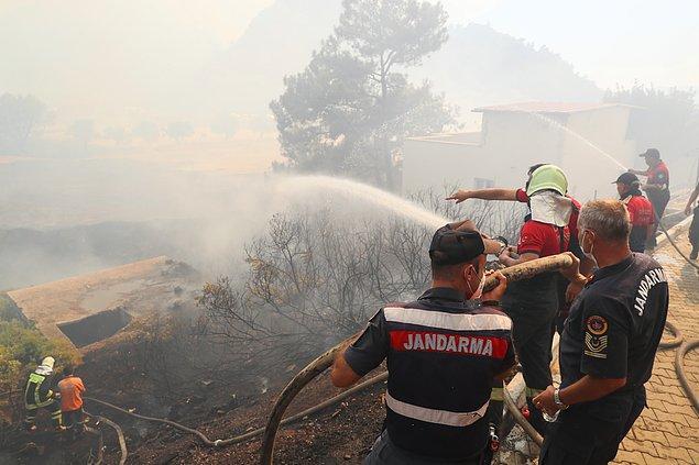 17:33 Muğla'nın Marmaris ilçesinde devam eden yangın Hisarönü Mahallesi'nde etkili olurken, alevler evleri yakmaya başladı.