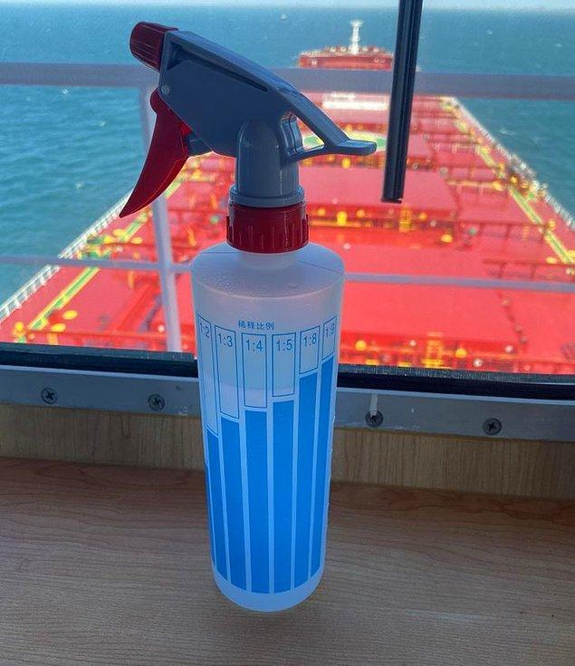 19. Konsantrasyon oranlarını etiketle gösteren sprey şişesi.