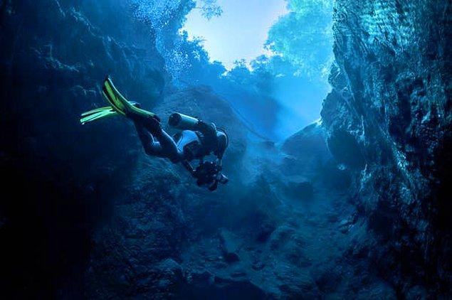 """11. """"Bahamalar'daki Dean's Mavi Çukur'da yaklaşık 50 metrede serbest dalış yaptım. Daha önce hiç 30 metrenin üstünde bir serbest dalış yapmamıştım fakat akıntının olmadığı için Mavi Çukur bunun için mükemmel bir yerdi."""""""