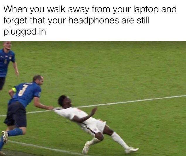 """3. """"Kulaklıklarının takılı olduğunu unutup laptop'ından uzaklaşmışsındır."""""""