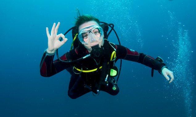 """10. """"Dalış lisansımı alırken eğer su altında nefessiz kalınırsa uygulanacak acil durum prosedürlerini canlandırmamız gerekiyordu. Yaklaşık 10 metre civarı olan dibe daldığımızda eğitmen, arkadaşıma ve bana havasız kaldığımızı simüle etmemizi söyledi."""""""