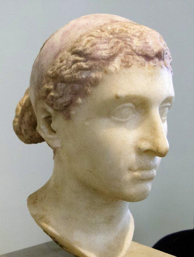 8. Ailesi Ptolemies, Yunanistan'dan Mısır'a göç etti yani aslında Kleopatra Yunan'dı.