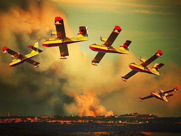 09:04 İspanya'dan iki yangın söndürme uçağı, bir nakliye uçağı ve 27 pilot Türkiye'ye geldi.
