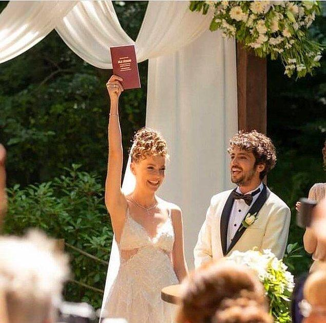 Ekrem İmamoğlu'nun nikahı kıymasıyla evlilik cüzdanı havaya kaldırıldı.