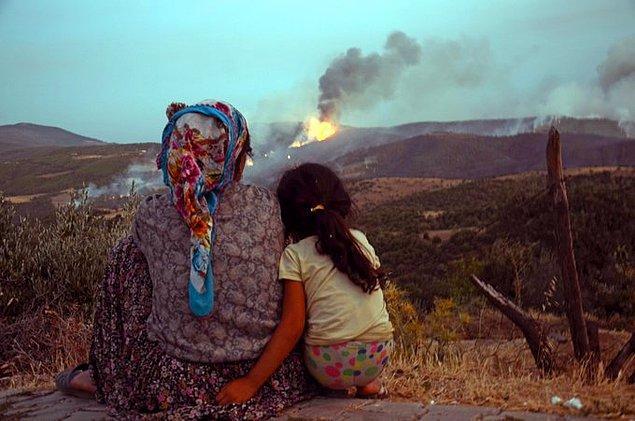 9. Yıllardır yaşadıkları Bozdoğan'ın, evlerinin, hayatlarının kül oluşunu izleyen bir anne ve kızı...😢