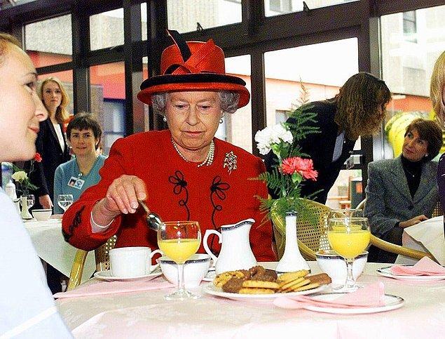 16. Kraliçe yemeğini bitirip tabağını bıraktığı zaman masadaki diğer insanlar yemeye devam etmez.