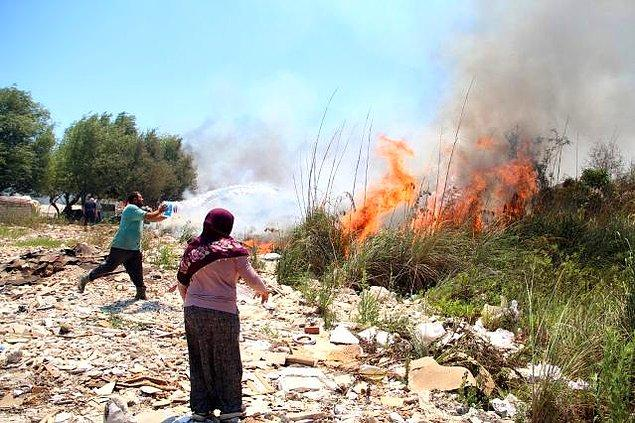 10. Bidonlarla su taşıyarak yangını durdurmaya çalışan yörüklerimiz;