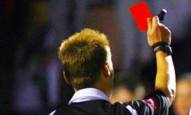 12. İngiliz hakem Martin Sylvester 1998`de oynanan bir maçta, futbolcuya yumruk attığı için kendisine kırmızı kart göstermiştir.