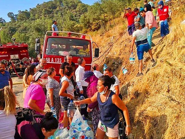 Kısıtlı imkanlarla da olsa vatandaşlarımız ve ülkenin dört bir yanından gönüllülerimiz yangın bölgelerine yardıma koşuyor, ellerinden geldiğince müdahale etmeye çalışıyor. Eşi benzerine sık rastlanmayan büyük bir mücadele söz konusu, canları pahasına yardım ediyorlar.