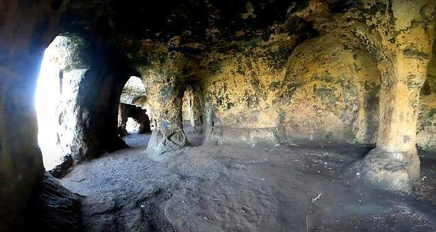 Anchor Church Mağaraları'nın 18. yüzyılda Sör Robert Burdett tarafından yaptırıldığı düşünülüyordu.