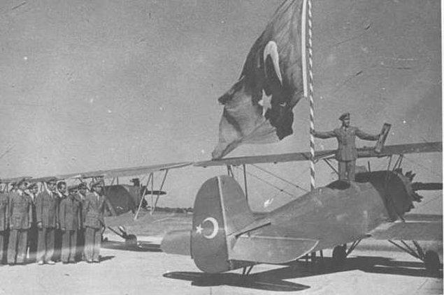 """Diğer taraftan Atatürk açılışa gelen konuklara da şunları söyler: """"İstikbal Göklerdedir, çünkü göklerini koruyamayan milletler yarınlardan asla emin olamazlar. Her işte olduğu gibi..."""""""