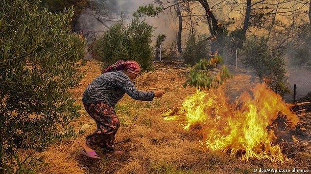 Birçok ormanlık alan ve köy havadan yeterli müdahale yapılmadığı için yok oldu. Günlerdir acı çeken ve alevlerle mücadele eden bölgelerden biri de Antalya'nın Manavgat ilçesi. Yangın hala tam anlamıyla söndürülmüş değil, insanlar adeta zamanla yarışıyor.