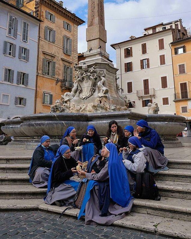 "30. ""Roma'da mola veren rahibeler."""