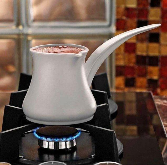 3. Türk kahvesini cezvede pişirmeyi sevenler için şık bir porselen cezve.