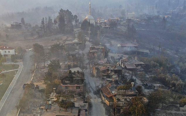 Yangından sonra çekilen fotoğraflar ise felaketin ne kadar büyük çaplı olduğunu gösteriyor. Her yer kül olmuş durumda.