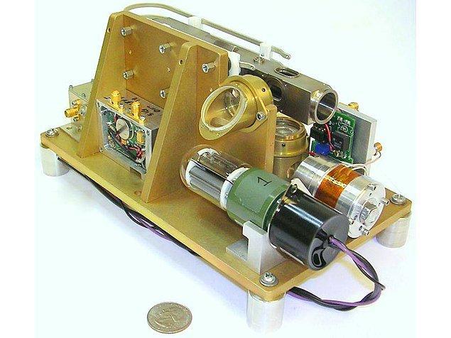 Her ne kadar devrimsel özelliklere sahip olsa da, DUAS yüzeyde bulunan atom saatlerine oldukça benziyor.