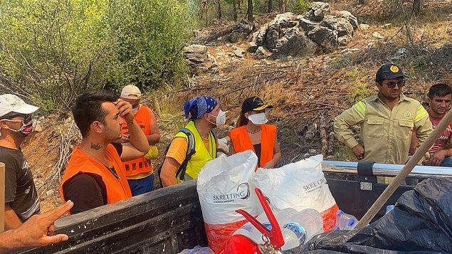 Ünlü oyuncu, iki arkadaşıyla birlikte İstanbul'dan Seydikemer'e gelerek soğutma çalışmalarına yardım ediyor.