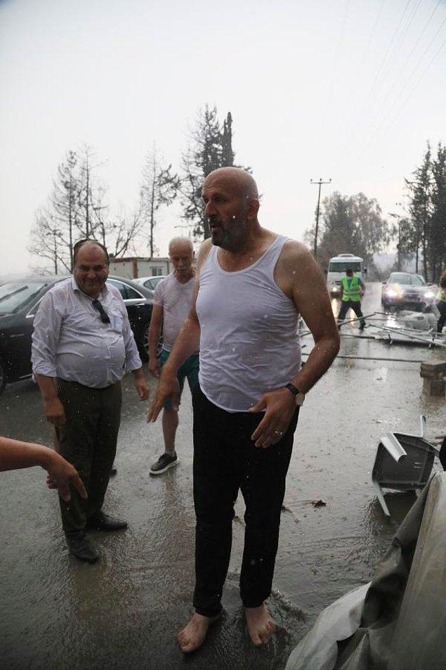 Bölgede yardım çalışmalarına katılan gönüllüler, yağmurun başlamasıyla birlikte sevinç çığlıkları attı.
