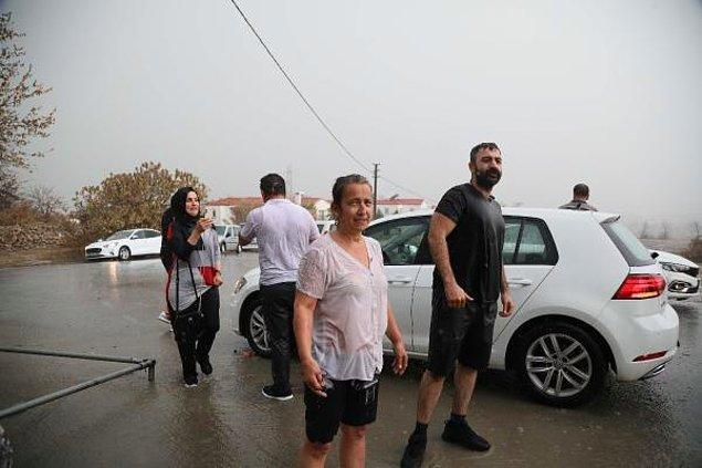 Gönüllüler, bölgedeki yaşlıları fırtınadan güvenli noktalara taşıdı.