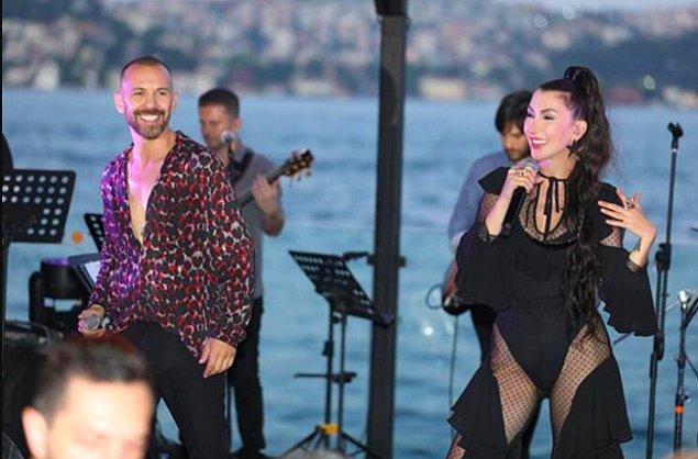 Yener, gelen tepkilerin ardından 'Daha açık ve cesurunu giyeceğim. O kadar spor yaptık, tabi ki böyle giyineceğiz. Sahnede kumaş kıyafet bizi boğuyor' şeklinde bir açıklamada bulunmuştu.