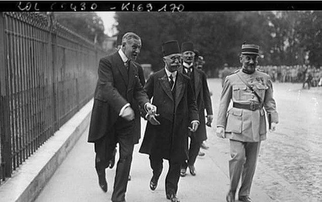 Ve 10 Ağustos 1920 tarihinde Paris'te imzalanır Sevr. Bu kadar ağır bir antlaşmanın pek etkisi olmamış ki Hadi Paşa, Paris sokaklarında fotoğraftaki gibi keyifle gezerken...