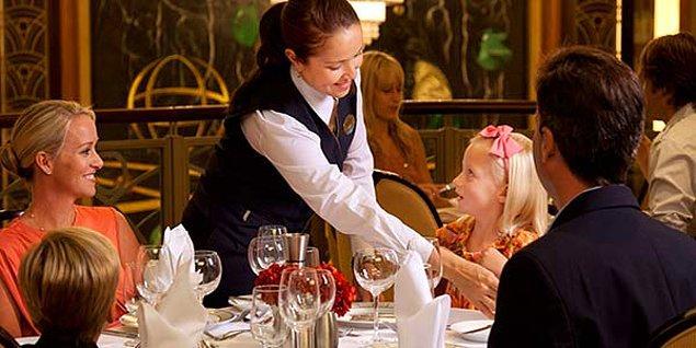 14. Garson masayı toplarken yardım etmek nezaket değildir. İşi zorlaştırırsınız.