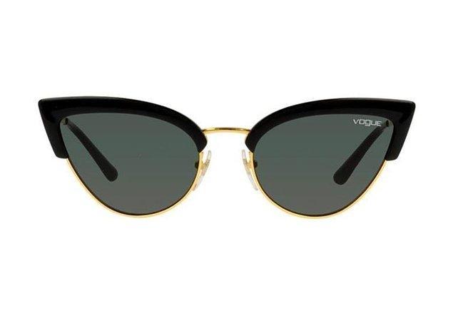 2. Çekik form Vogue güneş gözlükleri neredeyse her yüz tipine çok yakışıyor!