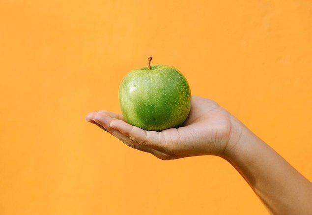 """21. """"Abim liseyi birincilikle bitirdi ama bir keresinde elma kesmek için kocaman bir bıçağı aldı ve elamyı elindeyken kesmeye çalıştı. Elinde bu yüzden bir yara izi var."""""""