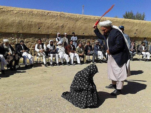 Taliban'ın resmi politikalarına göre kadınların sokak ortasında şiddet görmesi yasak olsa da, örgütteki bireylerin kendi ceza yaptırımlarını uygulamasına engel olmadı.