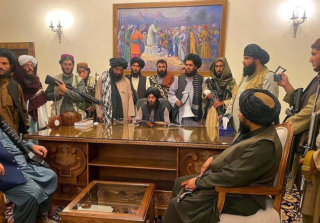 """Taliban'ın yıllardır kurmak istediği düzende kadınlar için de birçok yaptırım bulunuyor. Örgüt, bu uygulamaların amacının """"kadınların iffet ve haysiyetinin kutsal sayılabileceği güvenli bir ortam yaratmak"""" olduğunu belirtiyor."""