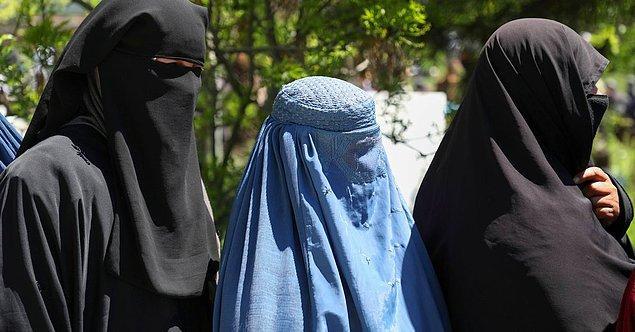 1. Öncelikle Taliban düzenine göre kadınların yüzlerine bakmak ahlaksızlık ve yozlaştırmaya neden olduğu için ülkedeki tüm kadınların peçe ve burka giymesi zorunlu.