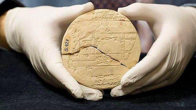 14. 3700 yıllık bu kil tabletin önemi, Pisagor'dan çok daha önce geometri üzerine yapılan çalışmaların kanıtı olması.