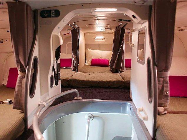 Kabin memurlarının yataklı ve penceresiz uyuma odaları