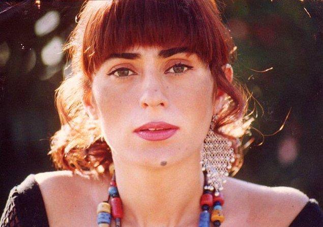 Sevilen sanatçı Yıldız Tilbe'yi hem şarkılarıyla hem de kendine has tarzıyla tanıyoruz.