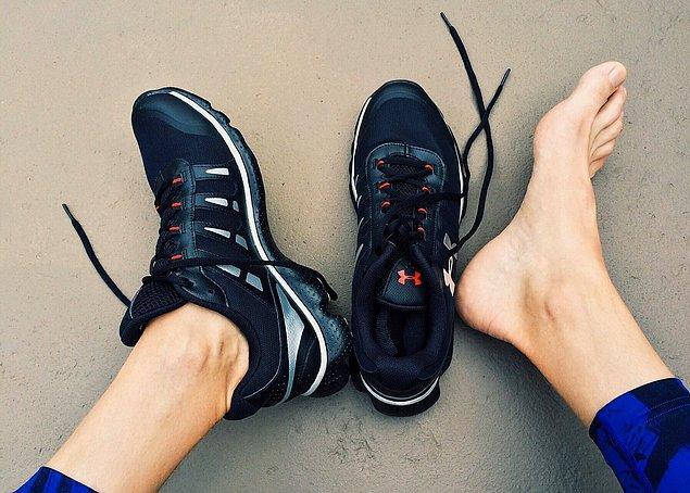 Monako'nun sıkı giyim kuralları vardır. Monako'da çıplak ayakla dolaşamazsınız ancak bir yattaysanız da ayakkabı giymeniz yasaktır.