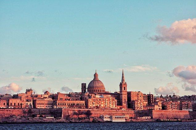 Malta çok küçük bir ülke olsa da nüfus yoğunluğu oldukça yüksektir.
