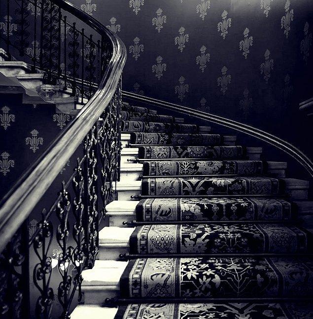 """10. """"Bu olayı yaşadığımda 12 yaşında falandım sanırım. Annem markete gitmişti ve evde yalnızdım. Birkaç battaniyeyi merdivenlerden yukarı taşımak istedim..."""