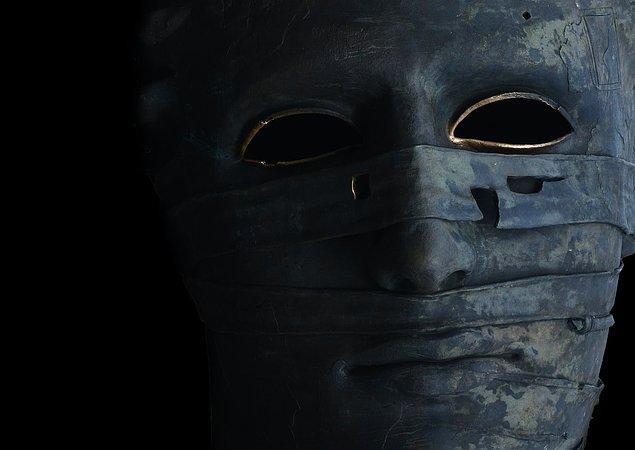 """7. """"Odamdaki rafta korkunç bir maskem vardı. Bir gün odamda ders çalışırken maske birden raftan yere uçtu ve kırıldı. Raftan kendiliğinden düşmediğine eminim çünkü biri fırlatmış gibi uzağa düştü."""""""
