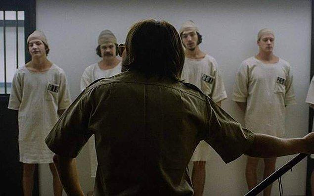 Güç ilişkilerine psikolojik açıdan bakıldığında, akla ilk gelen Standford Hapishane Deneyi olmaktadır.