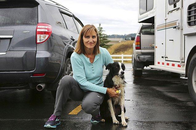1. Kalispell, Montana'da tatile giden bir kadın fırtına sırasında otel odasından kaçan köpeğini aramak için işini bırakmıştır. 57 gün boyunca şehirde yüzlerce insana el ilanı dağıttıktan sonra açlıktan ölmek üzere olan köpeği Katie'yi bulmuştur.