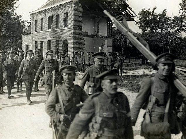 19. Birinci Dünya Savaşı'nda ölen son Fransız askeri ateşkesten 15 dakika önce öldürülmüştür. Bu asker öğle yemeğinde çorba servis edileceğinin mesajını götürürken öldürülmüştür.