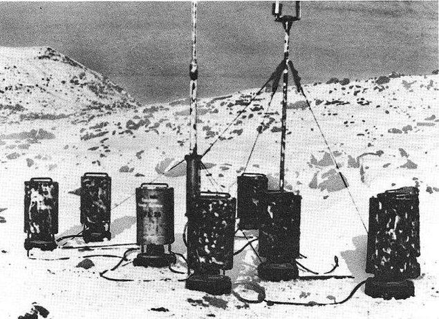 """25. İkinci Dünya Savaşı'nda Almanya, Kuzey Amerika'da yalnızca bir kara operasyonu gerçekleştirerek Newfoundland'de gizli bir hava istasyonu kurmuştur. Bu gizli istasyonun etrafına Amerikan sigara paketleri saçmışlardır ve birileri bu istasyonu bulursa diye Kanada Meteor Servisi"""" yazan bir tabela dikmişlerdir. Bölge 1977'ye kadar keşfedilmemiştir."""