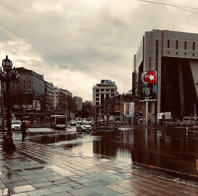 Bekar ve işsizsen ya da vasat bir işteysen Barış Bıçakçı'nın gözündeki Ankara'yı görürsün, her sokağını karış karış bilirsin, Ankara'ya aşık olursun.