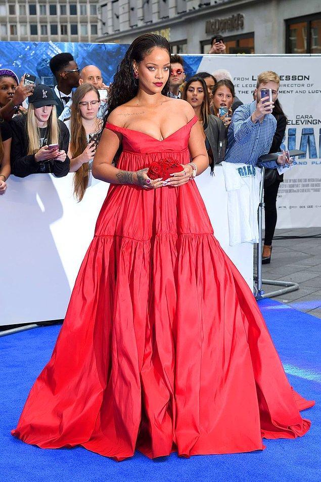 7. Rihanna'nın, Valerian ve Bin Gezegen İmparatorluğu' filminin Londra galasında giydiği kırmızı elbise.