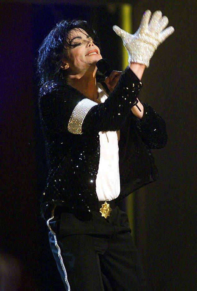 12. Michael Jackson'ın beyaz eldivenleri.
